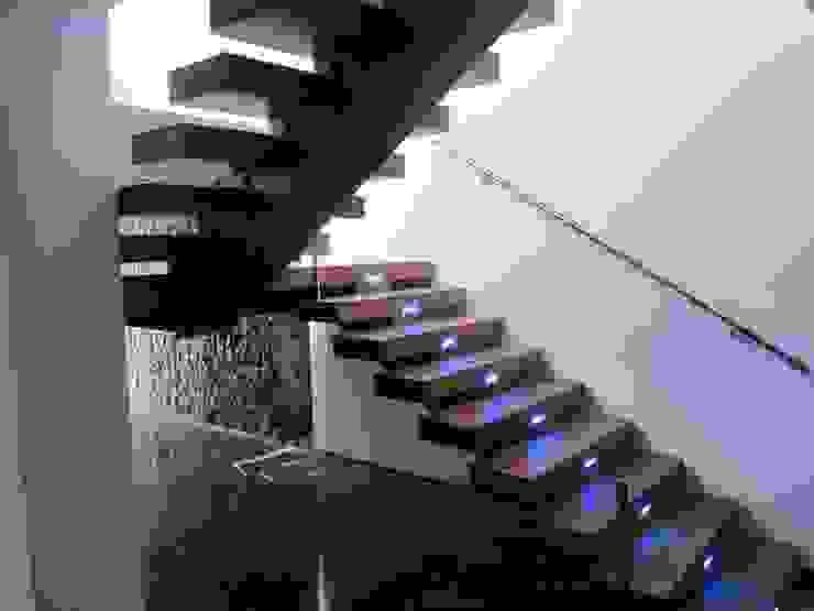 Escalera Pasillos, vestíbulos y escaleras de estilo moderno de Equipo Digitalarq, S.L. Moderno
