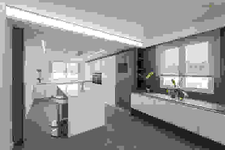 VIVIENDA EN BLASCO IBAÑEZ Cocinas de estilo minimalista de amBau Gestion y Proyectos Minimalista