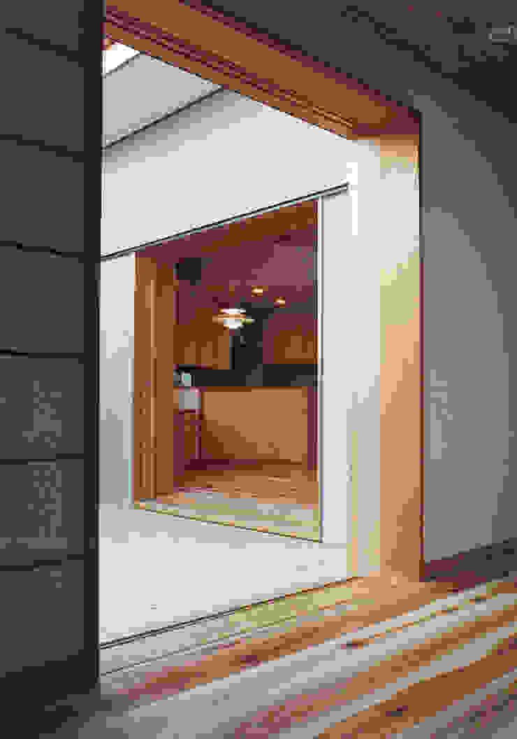 個室より中庭デッキ越しにLDKをみる オリジナルな 窓&ドア の 堀内総合計画事務所 オリジナル