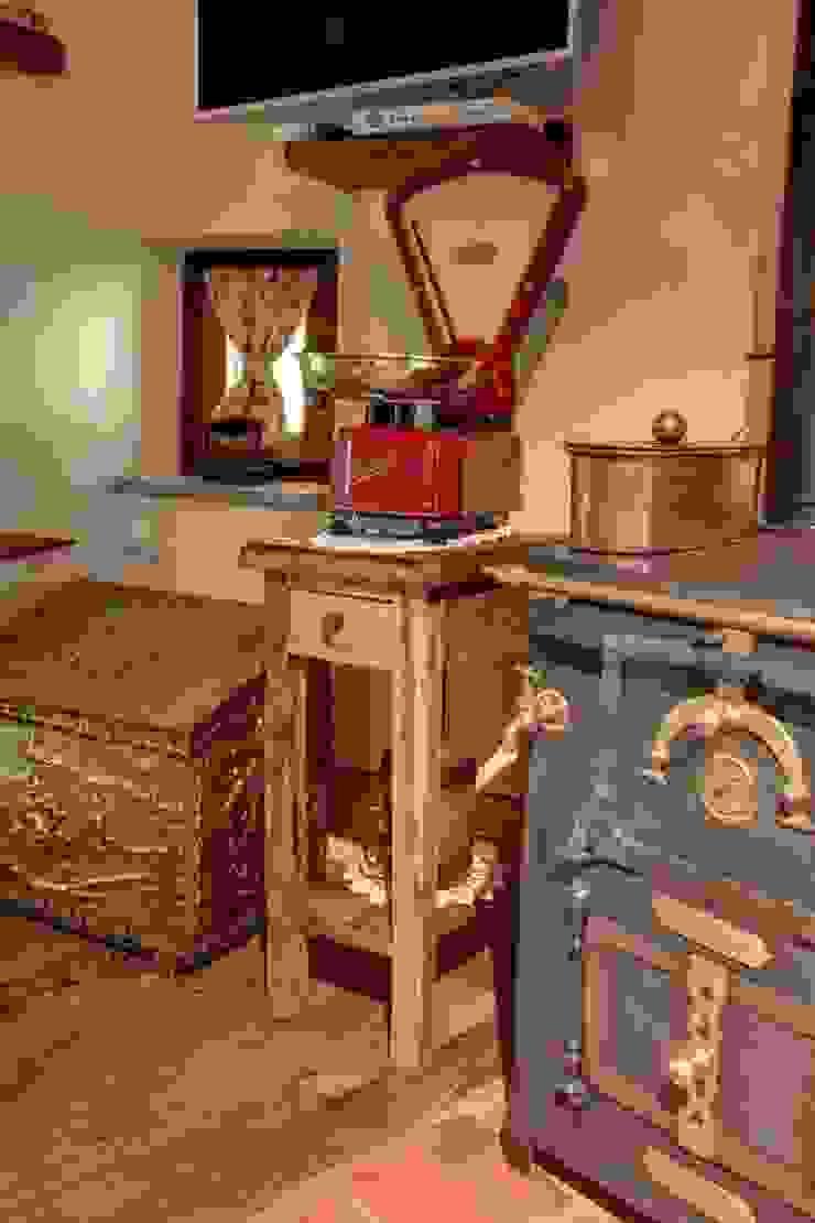 Prywatny apartament w Limone (Piemonte Włochy) Rustykalna kuchnia od Bosc Vej s.r.l. Rustykalny