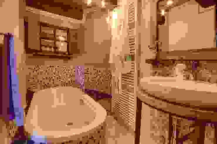 Prywatny apartament w Limone (Piemonte Włochy) Rustykalna łazienka od Bosc Vej s.r.l. Rustykalny