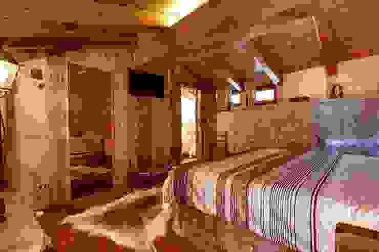 Prywatny apartament w Limone (Piemonte Włochy) Rustykalna sypialnia od Bosc Vej s.r.l. Rustykalny