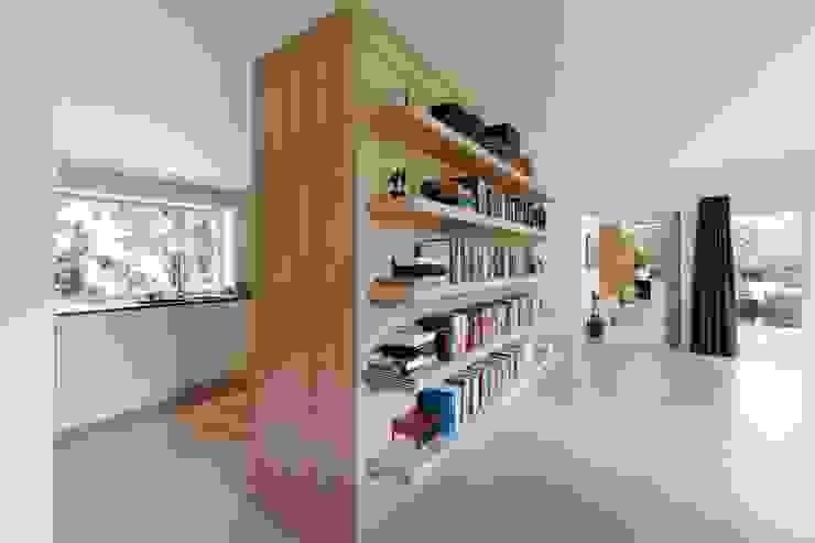 doorkijk vanuit woonkamer naar keuken en gang, nieuwe situatie: modern  door Suzanne de Kanter Architectuur & Interieur, Modern