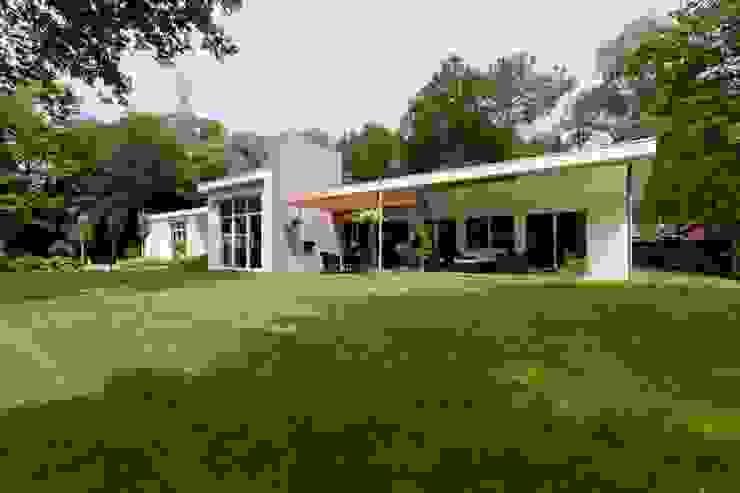 overzicht voorgevel vanuit de tuin, nieuwe situatie: modern  door Suzanne de Kanter Architectuur & Interieur, Modern