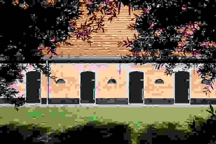 voorgevel met staldeuren, nieuwe situatie:   door Suzanne de Kanter Architectuur & Interieur,