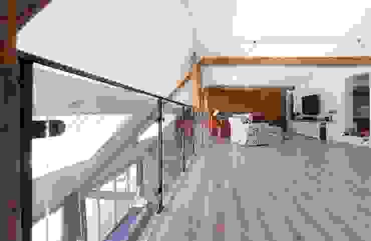 entresol boven woonkamer, nieuwe situatie:   door Suzanne de Kanter Architectuur & Interieur,