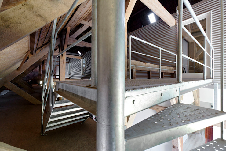 vluchttrap en toegang mezzanine in de schuur, nieuwe situatie: modern  door Suzanne de Kanter Architectuur & Interieur, Modern