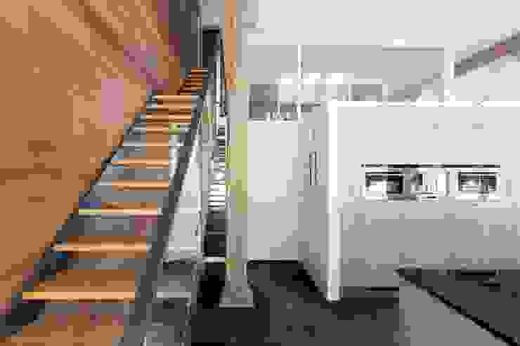 trap naar verdieping, nieuwe situatie: modern  door Suzanne de Kanter Architectuur & Interieur, Modern