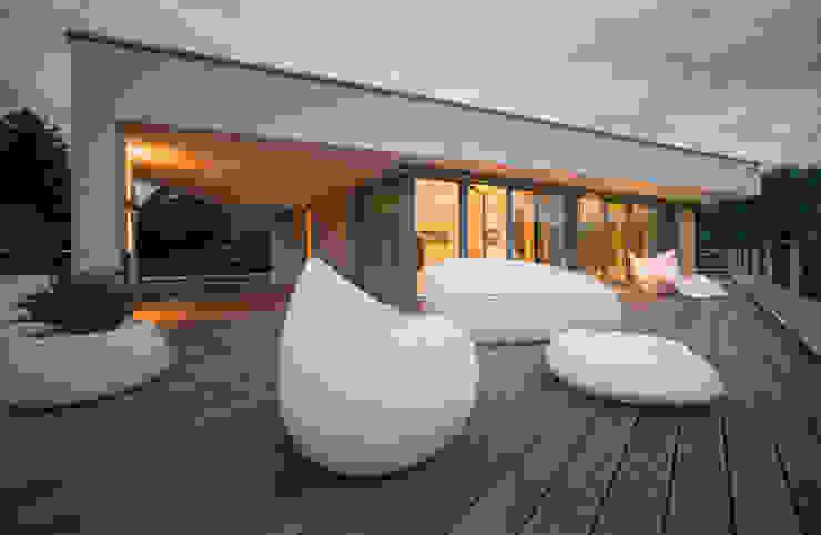Dachterrasse mit Talblick homify Moderner Balkon, Veranda & Terrasse
