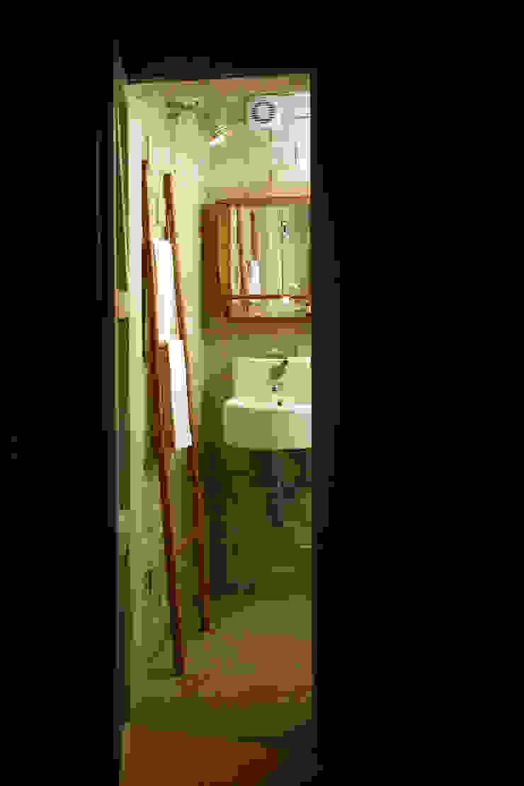BARRO tiles at a private bathroom Bagno moderno di BARRO Moderno