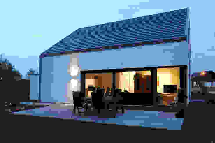 Gartenansicht - Nachtaufnahme Minimalistische Häuser von Architektur Jansen Minimalistisch