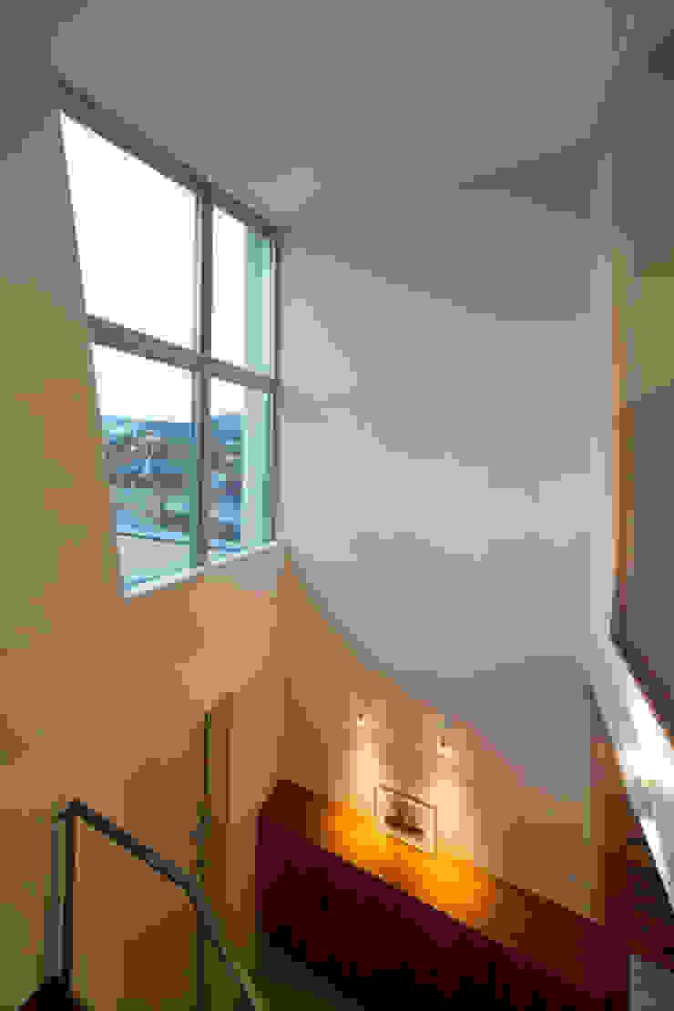 玄関吹き抜け モダンスタイルの 玄関&廊下&階段 の アーキシップス古前建築設計事務所 モダン