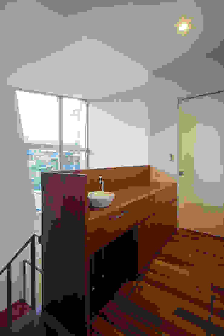 二階手洗い モダンスタイルの 玄関&廊下&階段 の アーキシップス古前建築設計事務所 モダン