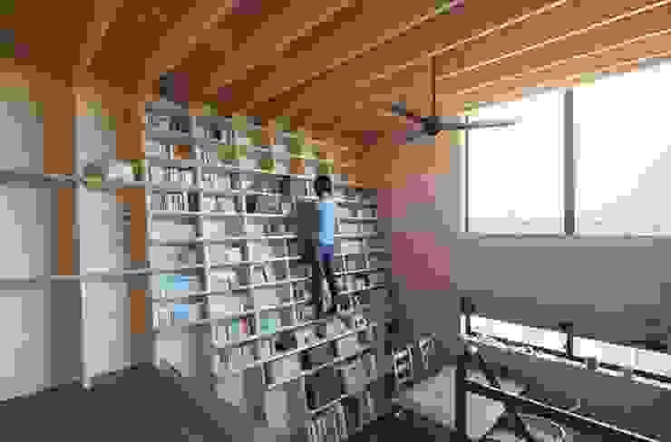 本棚 モダンデザインの リビング の 藤井伸介建築設計室 モダン