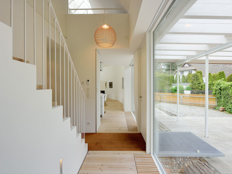Pasillos, vestíbulos y escaleras modernos de Möhring Architekten Moderno