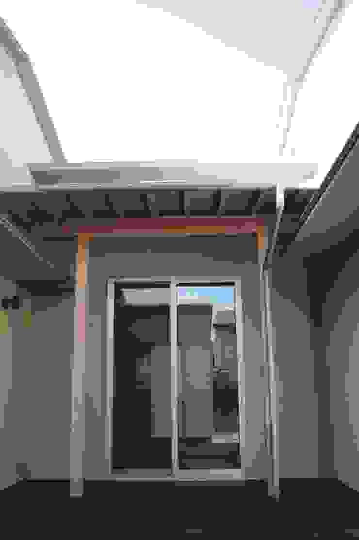 牟礼町の家 モダンデザインの テラス の 一級建築士事務所 CAVOK Architects モダン