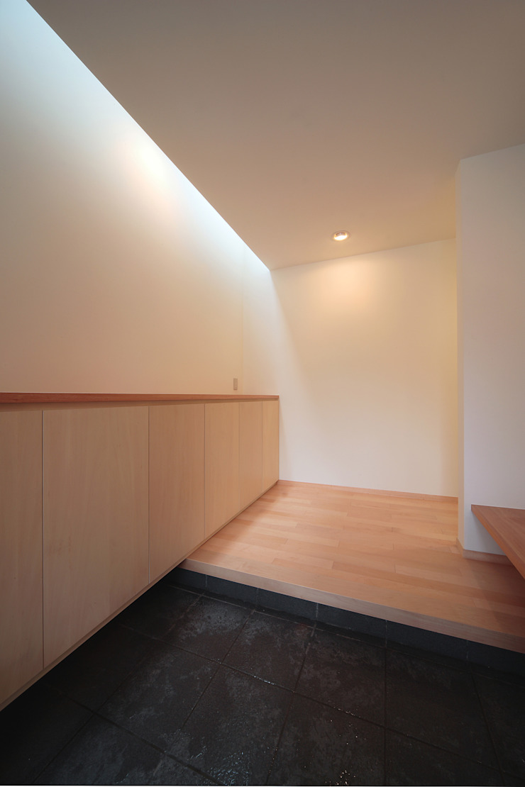 Eclectic style corridor, hallway & stairs by 堀内総合計画事務所 Eclectic