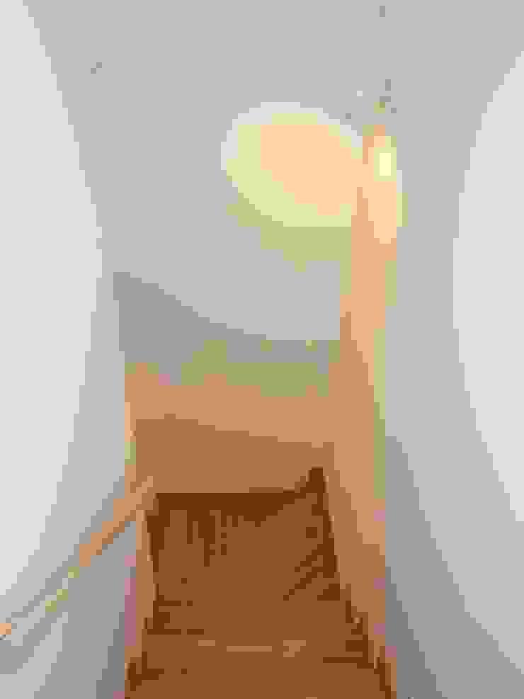 階段 オリジナルスタイルの 玄関&廊下&階段 の 堀内総合計画事務所 オリジナル