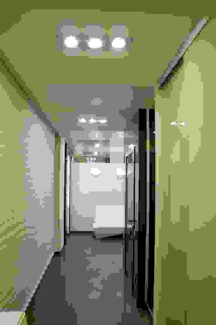 Квартира в Москве Коридор, прихожая и лестница в эклектичном стиле от Дизайн - студия Пейковых Эклектичный