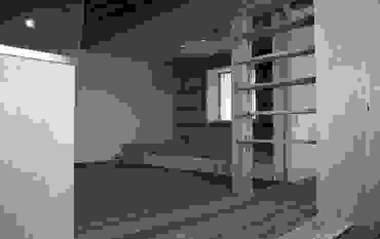 三条町の家 モダンデザインの リビング の 一級建築士事務所 CAVOK Architects モダン