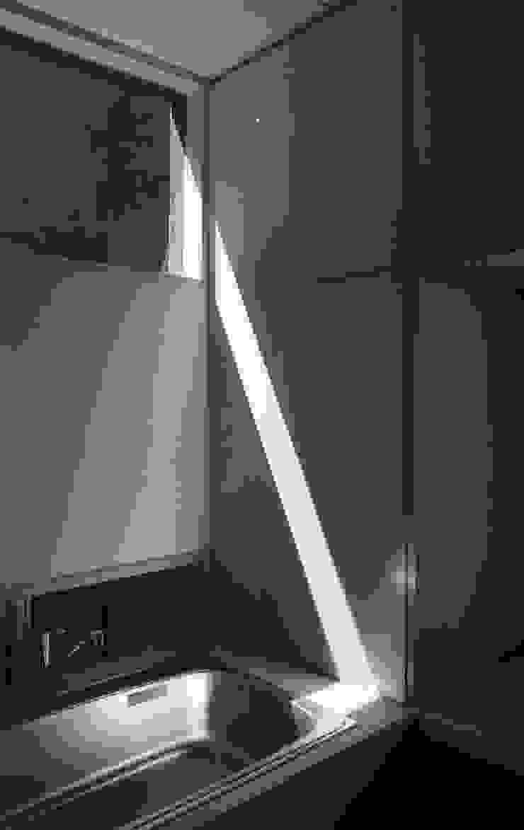 三条町の家 モダンスタイルの お風呂 の 一級建築士事務所 CAVOK Architects モダン