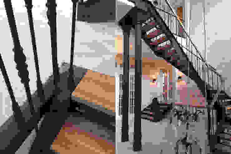 Изящная лестница в доме Коридор, прихожая и лестница в классическом стиле от Дизайн студия Ольги Кондратовой Классический