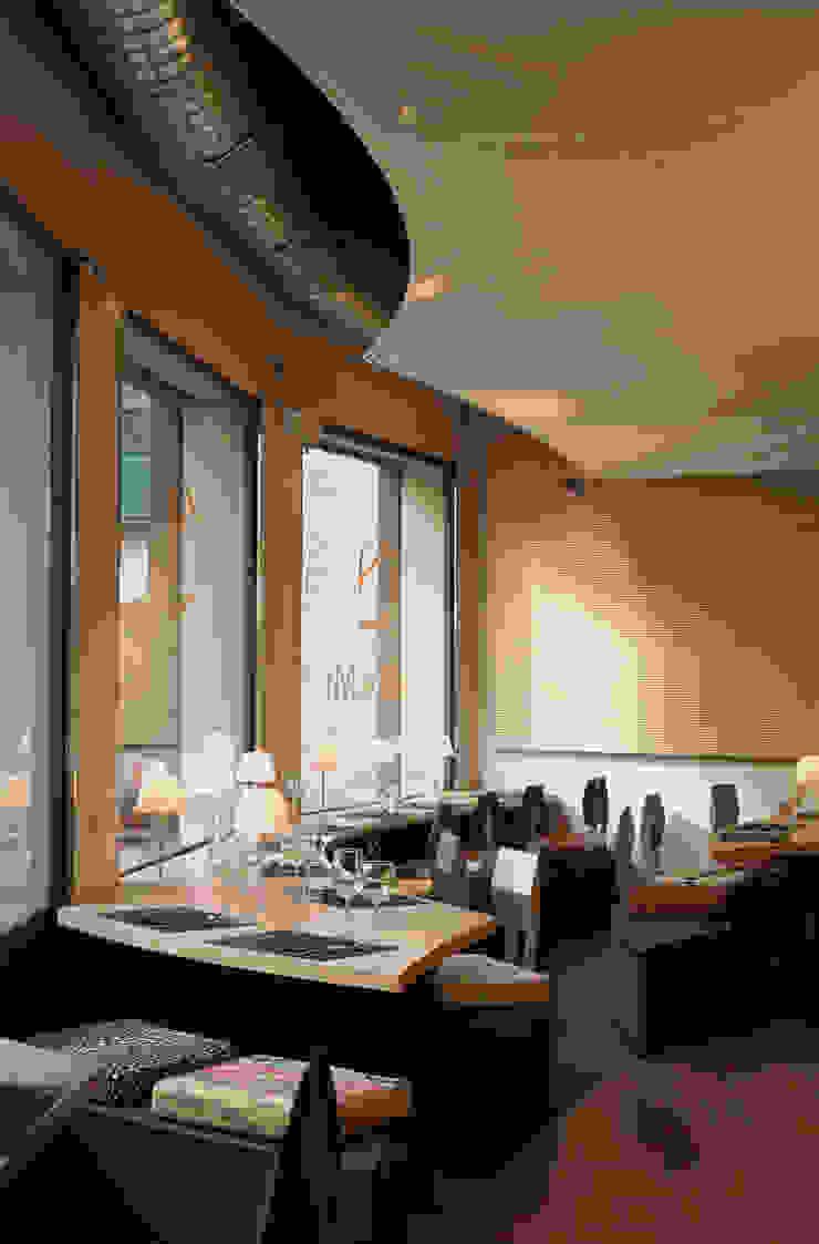 Cheeseme Restaurant - La planta baja con mesas de forma orgánica. Gastronomía de estilo minimalista de Daifuku Designs Minimalista
