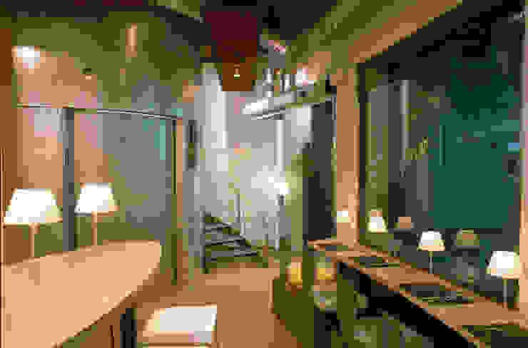 Cheeseme Restaurant - Planta baja. Al fondo, el aseo de forma circular. Gastronomía de estilo minimalista de Daifuku Designs Minimalista