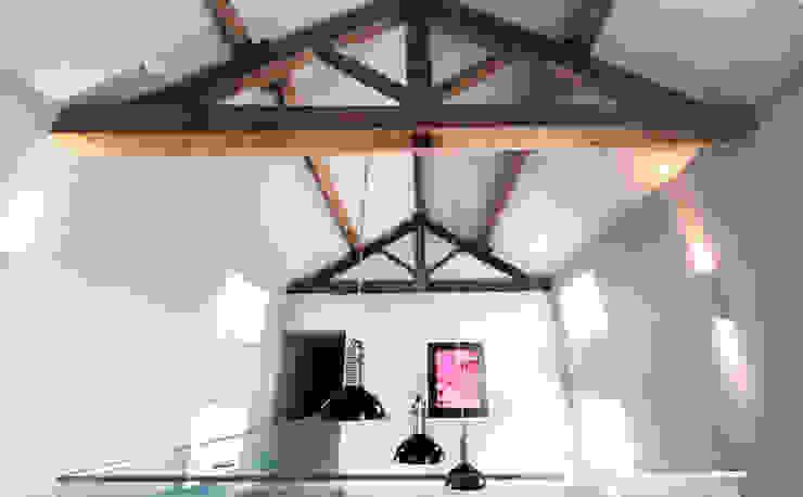 BIRCHENCLIFFE FARM Modern corridor, hallway & stairs by E2 Architecture + Interiors Modern