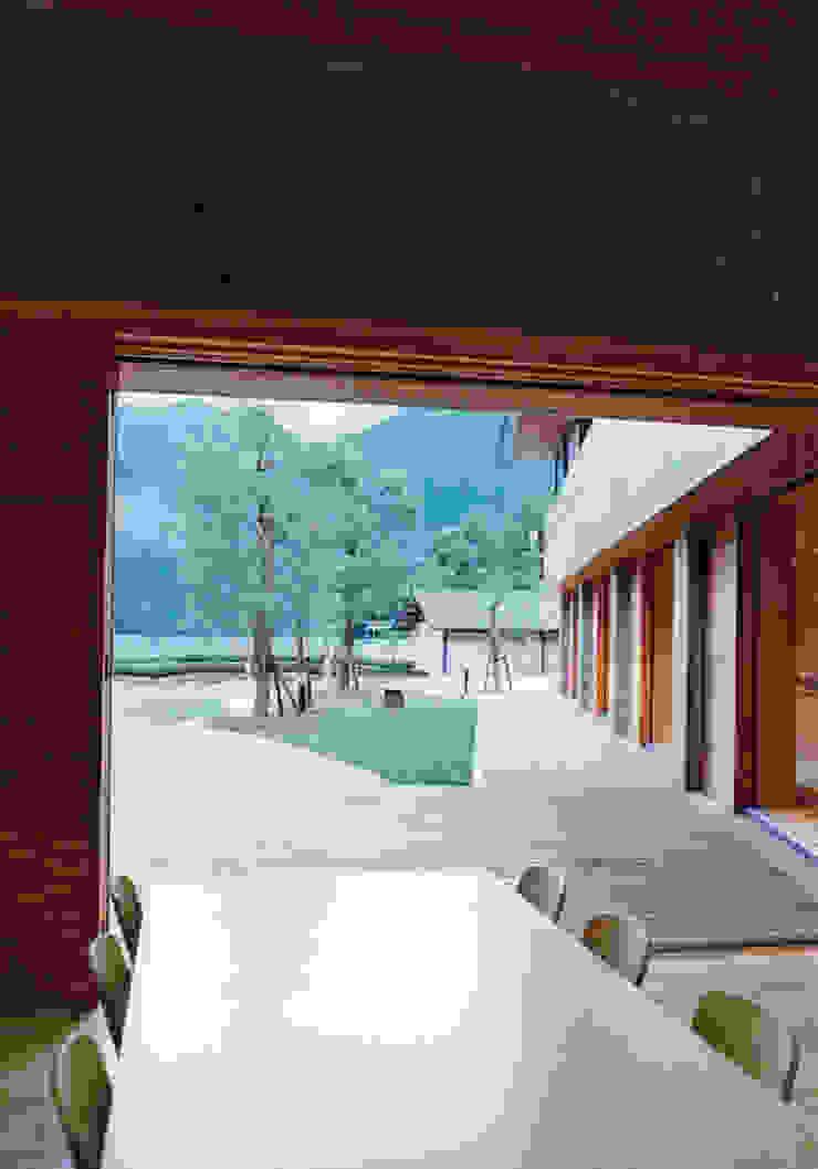 食堂より屋外デッキをみる の 堀内総合計画事務所 オリジナル