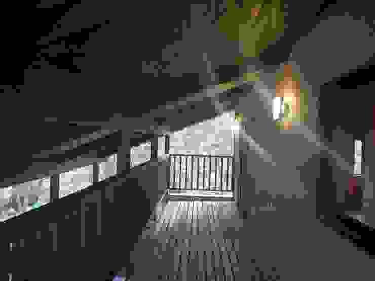 深い軒の家 モダンデザインの テラス の 志賀建築設計室 モダン