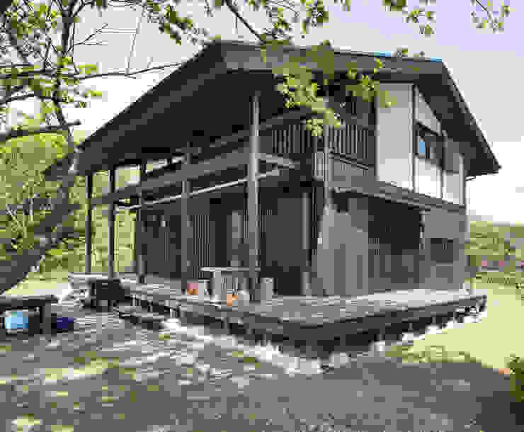 深い軒の家: 志賀建築設計室が手掛けた家です。,モダン