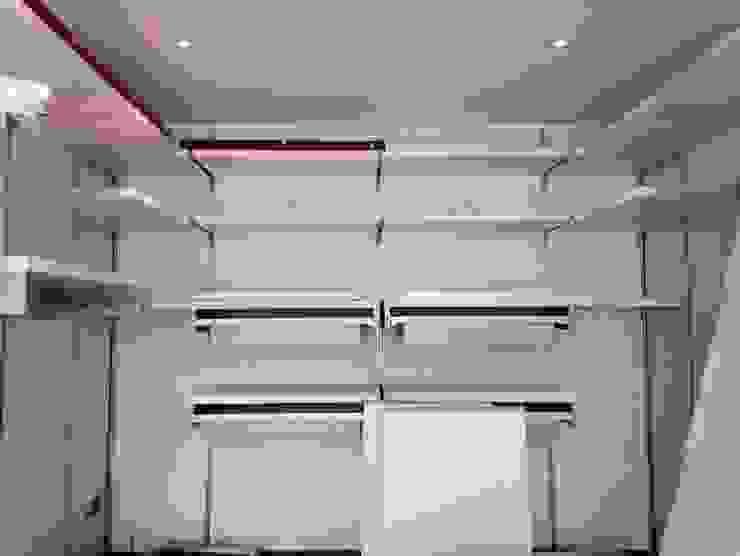 Closets de estilo moderno de MARA GAGLIARDI 'INTERIOR DESIGNER' Moderno