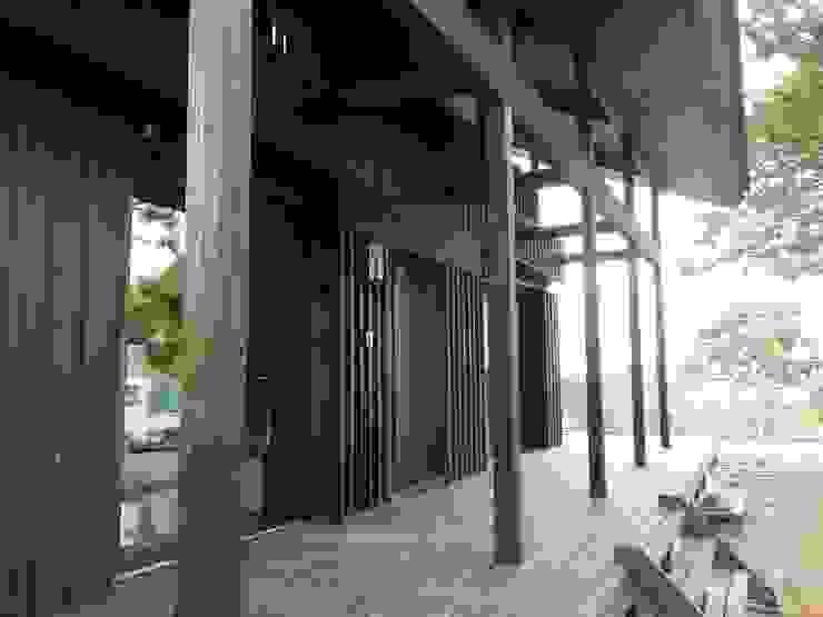 深い軒の家 和風デザインの テラス の 志賀建築設計室 和風