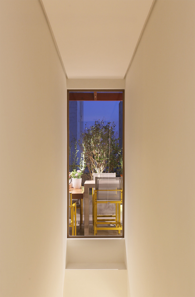 MANDRIL ARQUITETURA E INTERIORES Modern corridor, hallway & stairs