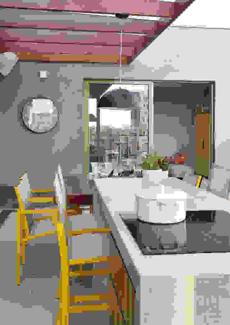 MANDRIL ARQUITETURA E INTERIORES Modern balcony, veranda & terrace