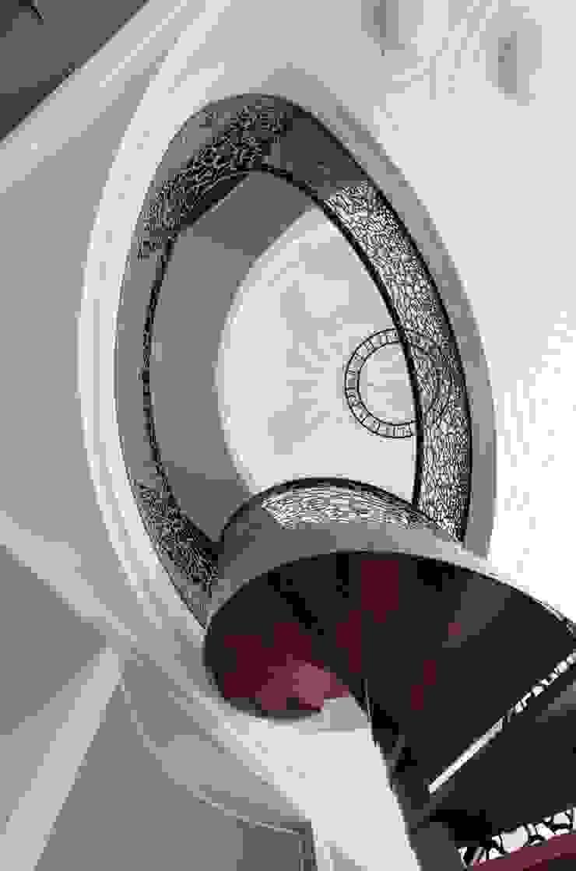 Лестница в библиотеку Коридор, прихожая и лестница в эклектичном стиле от АРХИТЕКТУРНОЕ БЮРО АНДРЕЯ КАРЦЕВА И ЮЛИИ ВИШНЕПОЛЬСКОЙ Эклектичный