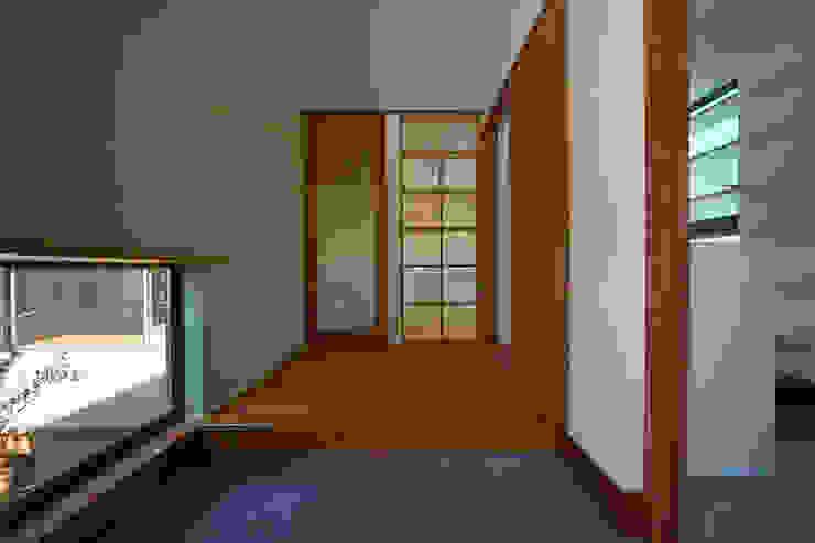 Eclectic style corridor, hallway & stairs by 株式会社プラスディー設計室 Eclectic