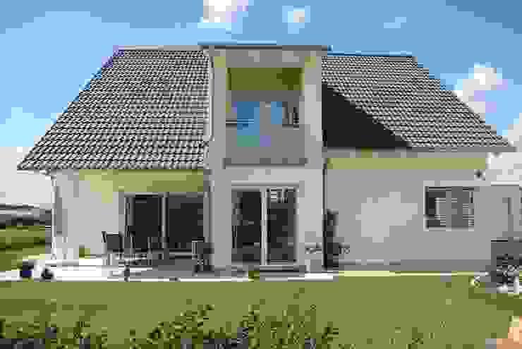 Klasyczny balkon, taras i weranda od WUNSCHhaus - die innovative Wohnbau GmbH Klasyczny