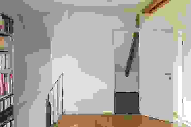 Diele Dachgeschoss Beat Nievergelt GmbH Architekt Klassischer Flur, Diele & Treppenhaus