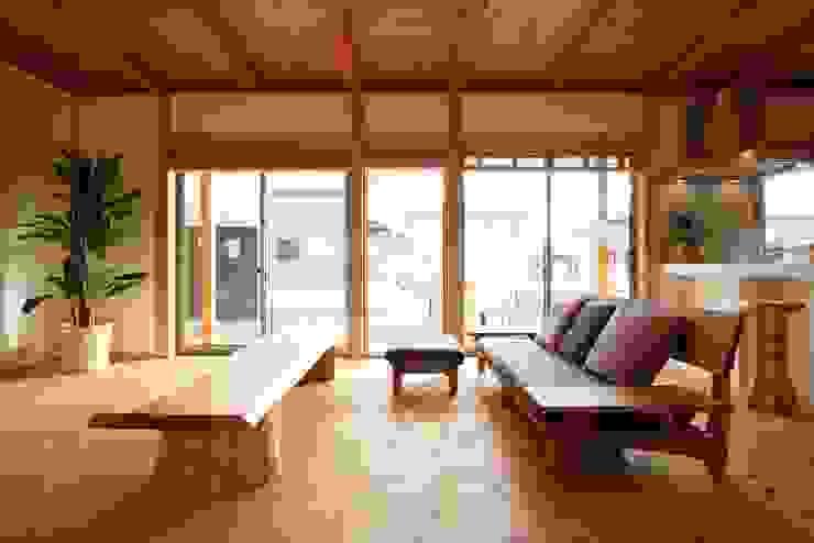 Living room by 三宅和彦/ミヤケ設計事務所