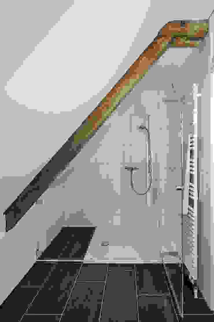 Dusche im Dachgeschoss Beat Nievergelt GmbH Architekt Klassische Badezimmer