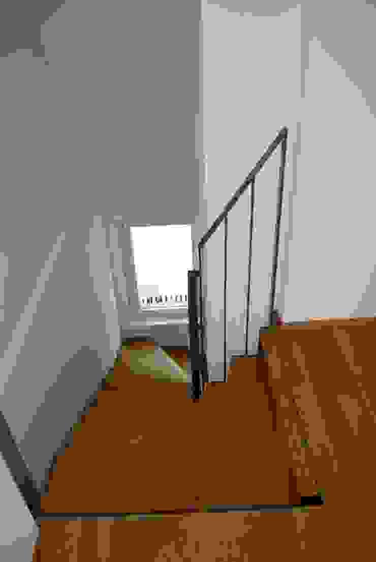 Treppe zum Dachgeschoss Beat Nievergelt GmbH Architekt Klassischer Flur, Diele & Treppenhaus