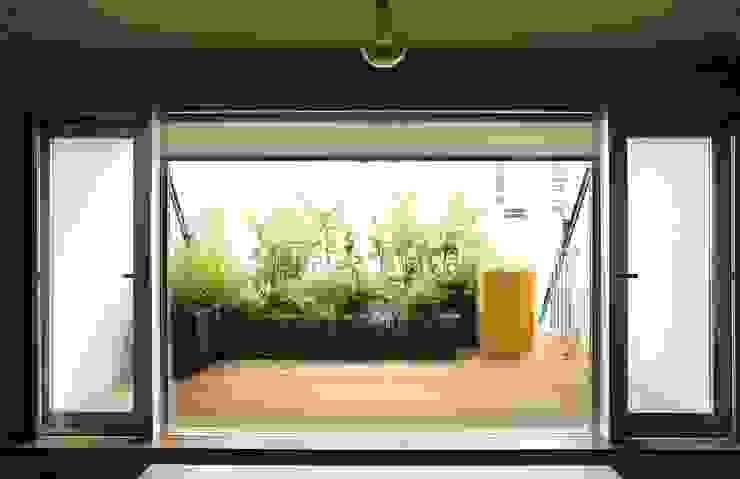 バルコニーで楽しむハーブガーデン: SUNIHA UNIHA(サニハユニハ)が手掛けた庭です。,オリジナル