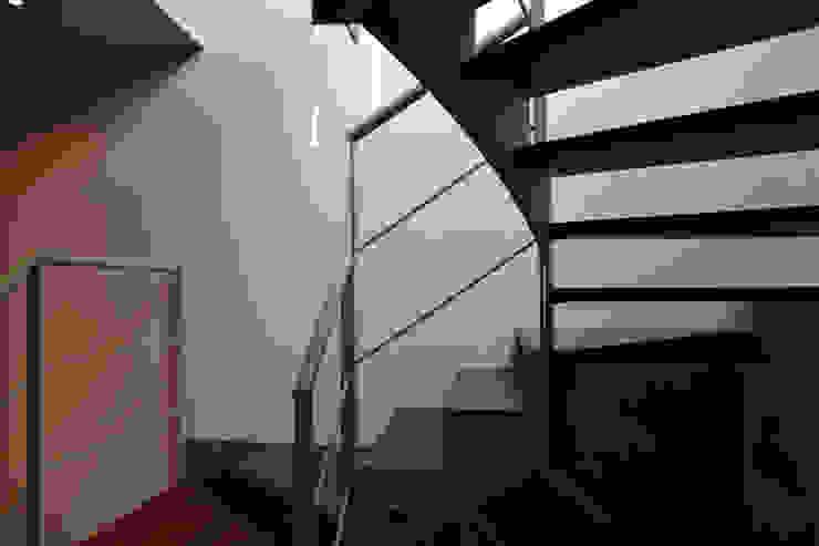 Scala di collegamento Ingresso, Corridoio & Scale in stile moderno di Studio Architettura Tre A Moderno