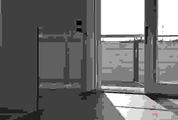 Dettaglio parapetto in vetro e uscita sulla terrazza Ingresso, Corridoio & Scale in stile moderno di Studio Architettura Tre A Moderno