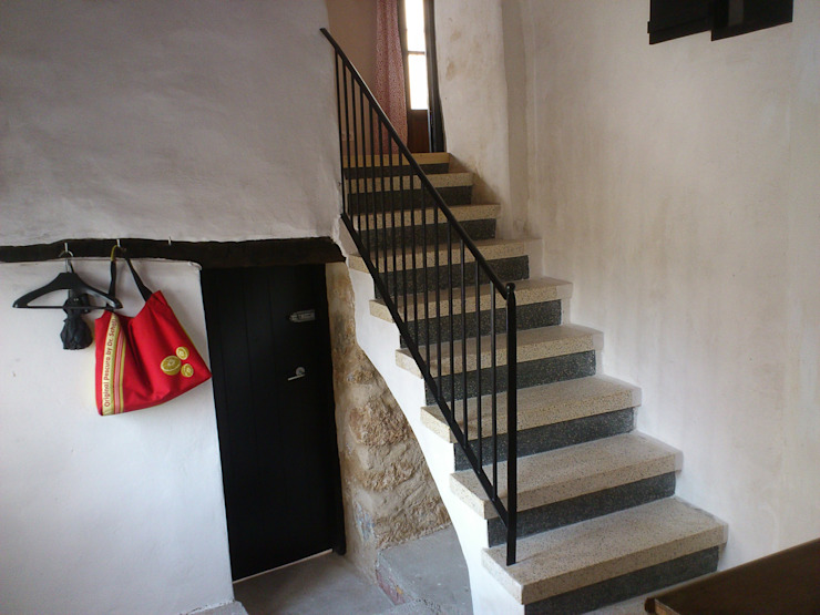 Rustic style corridor, hallway & stairs by FGMarquitecto Rustic
