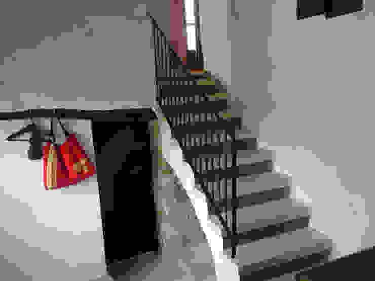 La casa de Karen -05 FGMarquitecto Pasillos, vestíbulos y escaleras de estilo rústico