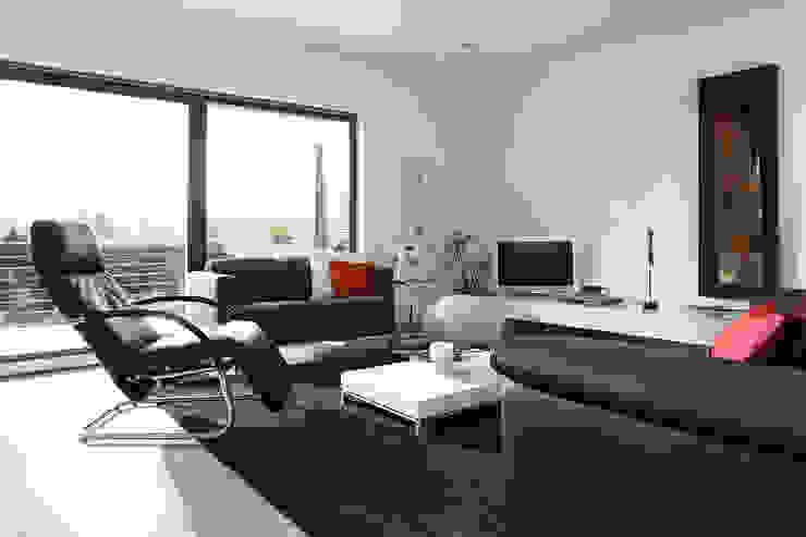 现代客厅設計點子、靈感 & 圖片 根據 FingerHaus GmbH - Bauunternehmen in Frankenberg (Eder) 現代風