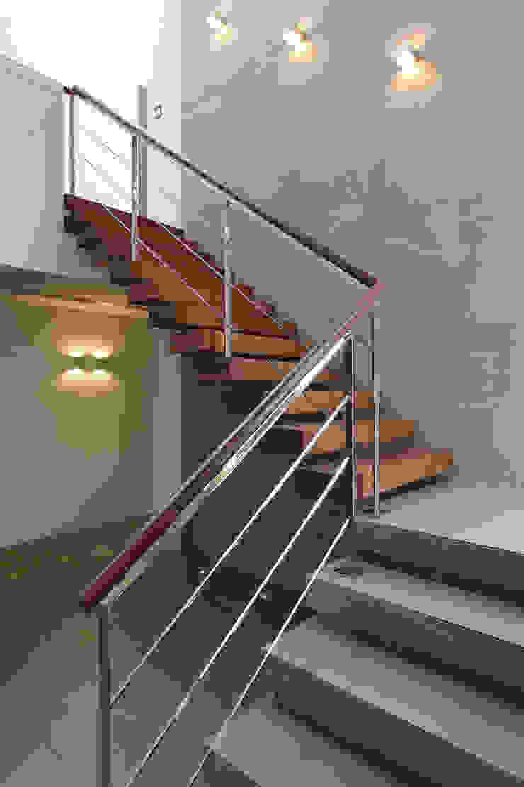 Dom jednorodzinny w Chybach Nowoczesny korytarz, przedpokój i schody od Studio Nomo Nowoczesny